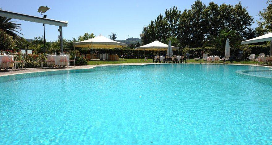 Piscina all 39 aperto e palestra hotel dragonara for Piscina sambuceto