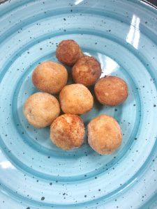 Le pallotte pronte, un impasto di pane, formaggio e uova è un piatto tipico della cucina abruzzese